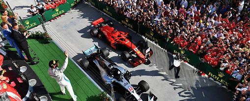 Lewis Hamilton (Mercedes) jubelt im Park Ferme vor einem Ferrari-Boliden auf dem Hungaroring, der ungarischen F1-Rennstrecke