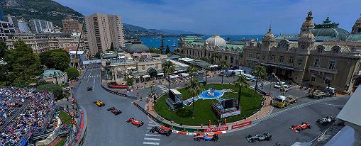 Red Bull Racing Team führt das Rennen auf dem Circuit de Monaco, der F1-Rennstrecke von Monaco, an, als das Feld am berühmten Casino vorbeifährt