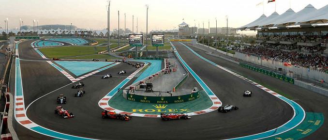 Valtteri Bottas (Mercedes-Benz) führt zu Beginn des Rennens auf dem Yas Marina Circuit, der F1-Rennstrecke von Abu Dhabi