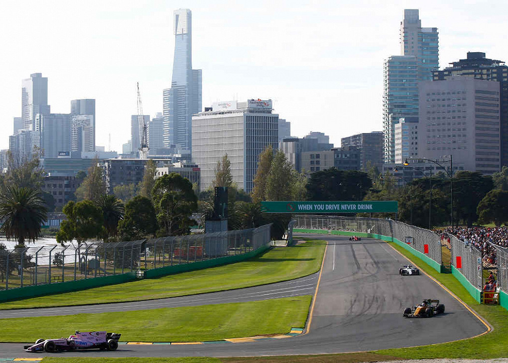Esteban Ocon (Force India Mercedes) führt vor Jolyon Palmer (Renault) auf dem Albert Park Circuit, der australischen F1-Rennstrecke