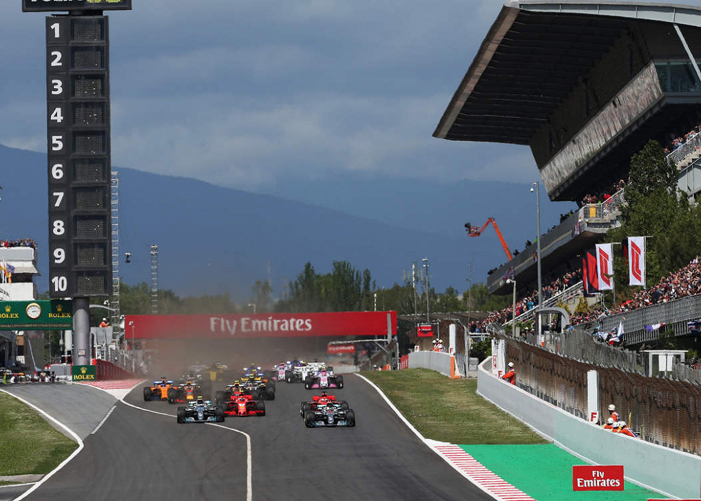 Lewis Hamilton führt vor Valtteri Bottas (beide Mercedes) während Sebastian Vettel (Ferrari) versucht sich beim Start des F1-Rennen in Spanien zwischen den beiden durchzusetzen