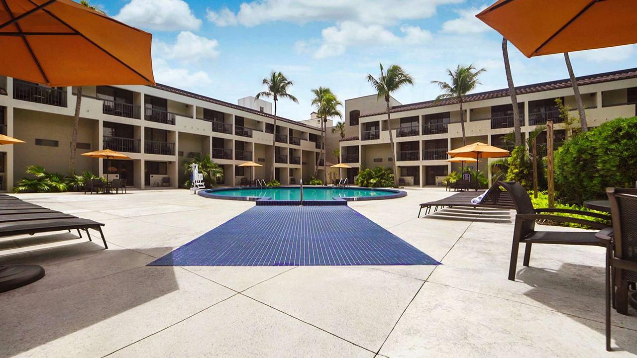 Shulas's Hotel & Golf Club - Sunday - Turn 4 Grandstand 33+